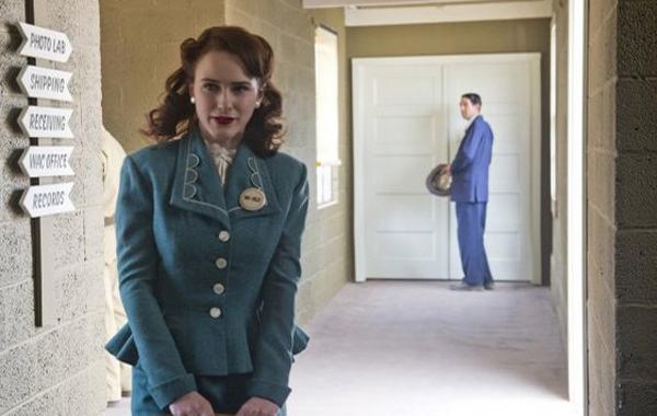 Manhattan: Rachel Brosnahan in una scena dell'episodio The Hive
