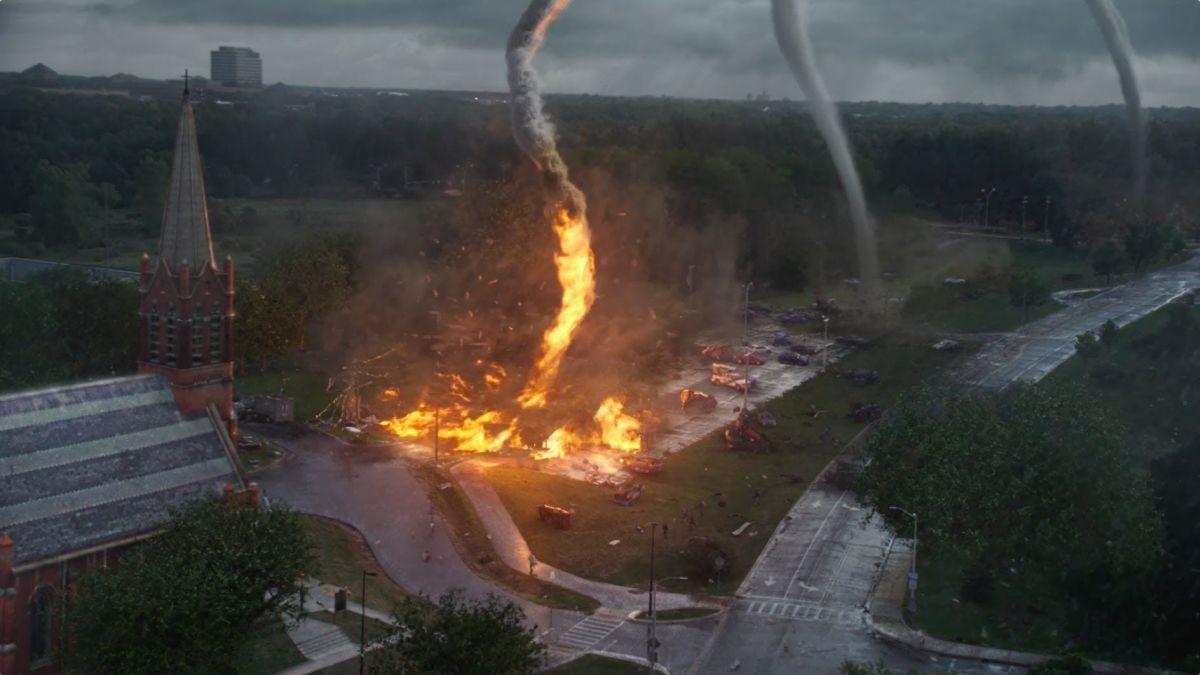 Into the Storm: fuoco e fiamme scatenate dal tornado in una scena del film