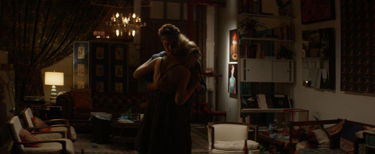 Quel momento imbarazzante: Zac Efron e Imogen Poots ballano teneramente in una scena del film