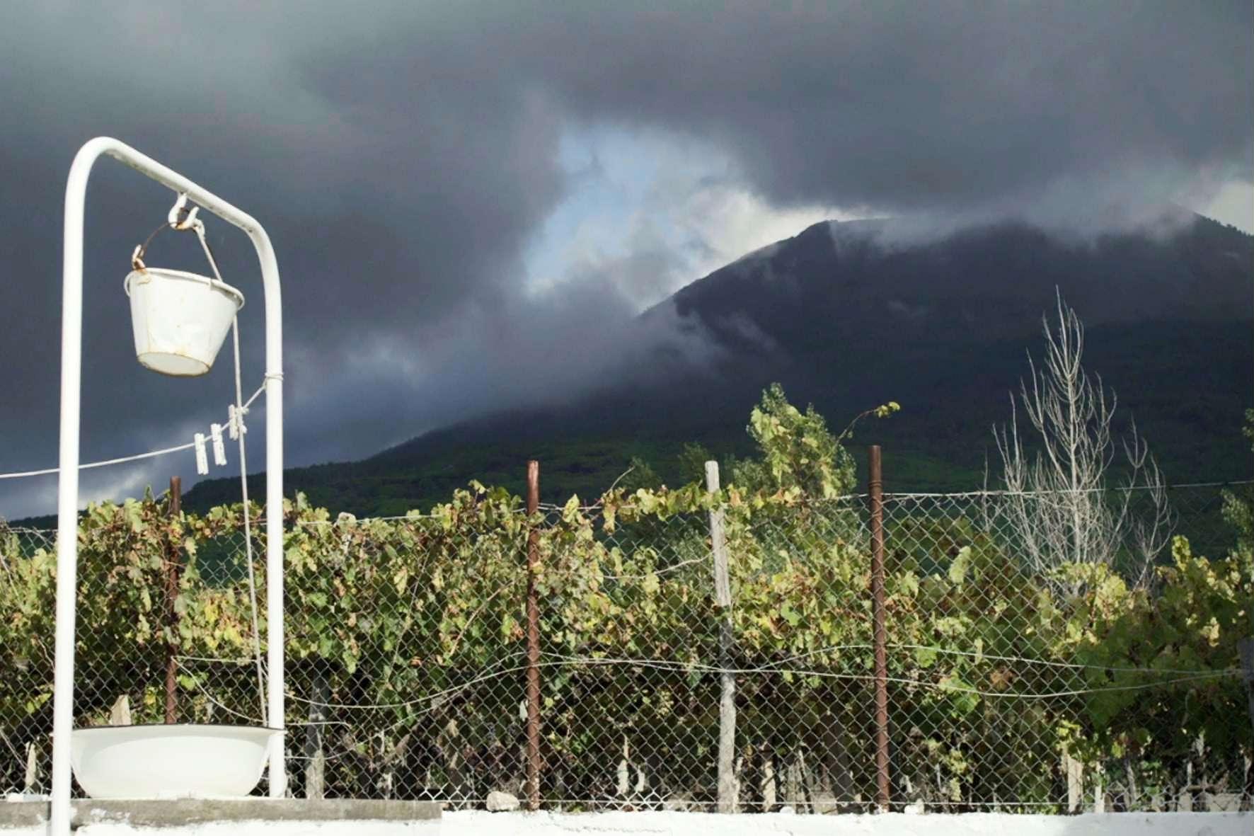 Sul vulcano: nuvole minacciose sul Vesuvio in una scena del film