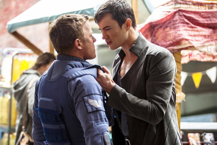 Dominion: Chris Egan e Tom Wisdom nell'episodio Beware Those Closest to You
