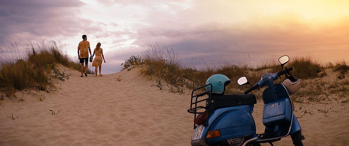 Walking in Sunshine: Giulio Berruti al tramonto con Hannah Arterton in una scena del film