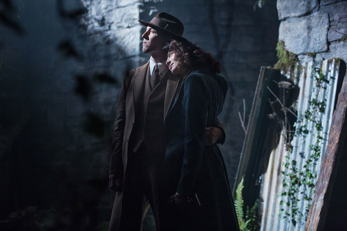 Outlander: un'immagine di Tobias Menzies e Caitriona Balfe nel pilot