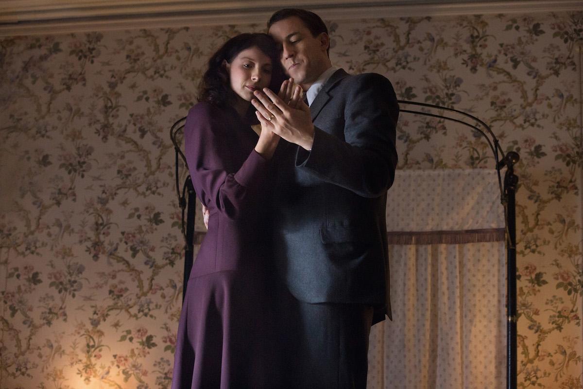 Outlander: Caitriona Balfe con Tobiaz Menzies nel pilot della serie