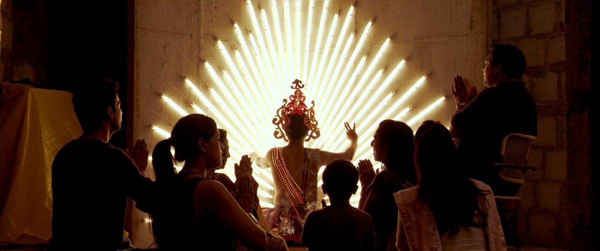 Words with Gods: una scena tratta dall'episodio God Room di Mira Nair
