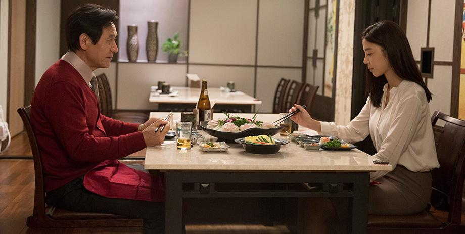 Revivre: Kim Gyu-ri con Ahn Sung Ki in una scena del film