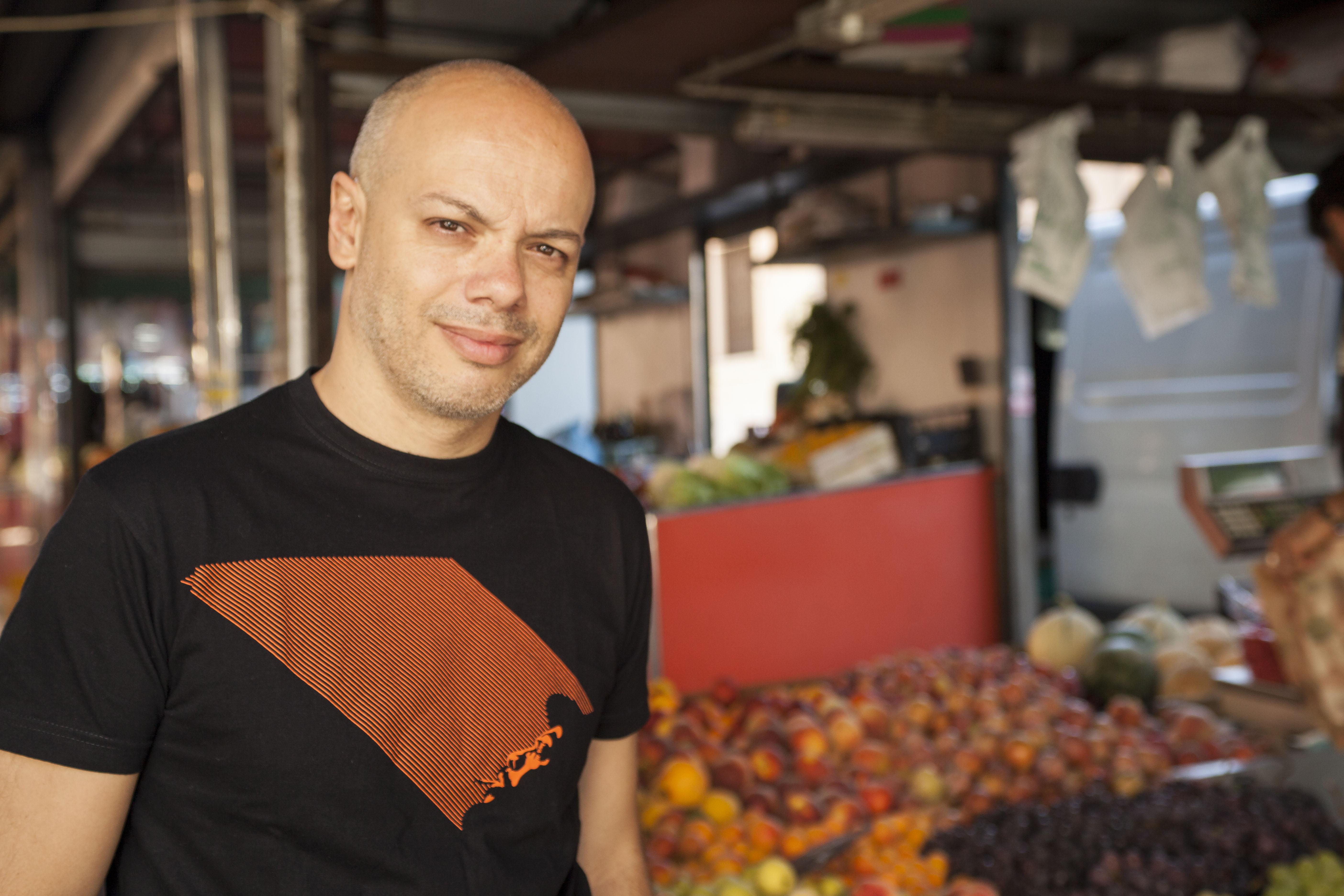 Una foto di Diego Bianchi sul set del suo Arance e martello