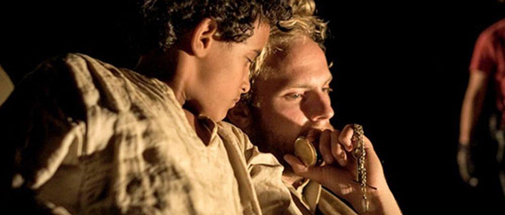Theeb: Jacir Eid con Jack Fox in una scena del film