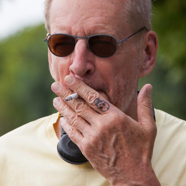 Un primo piano di Larry Clark dal set del suo film, The Smell of Us