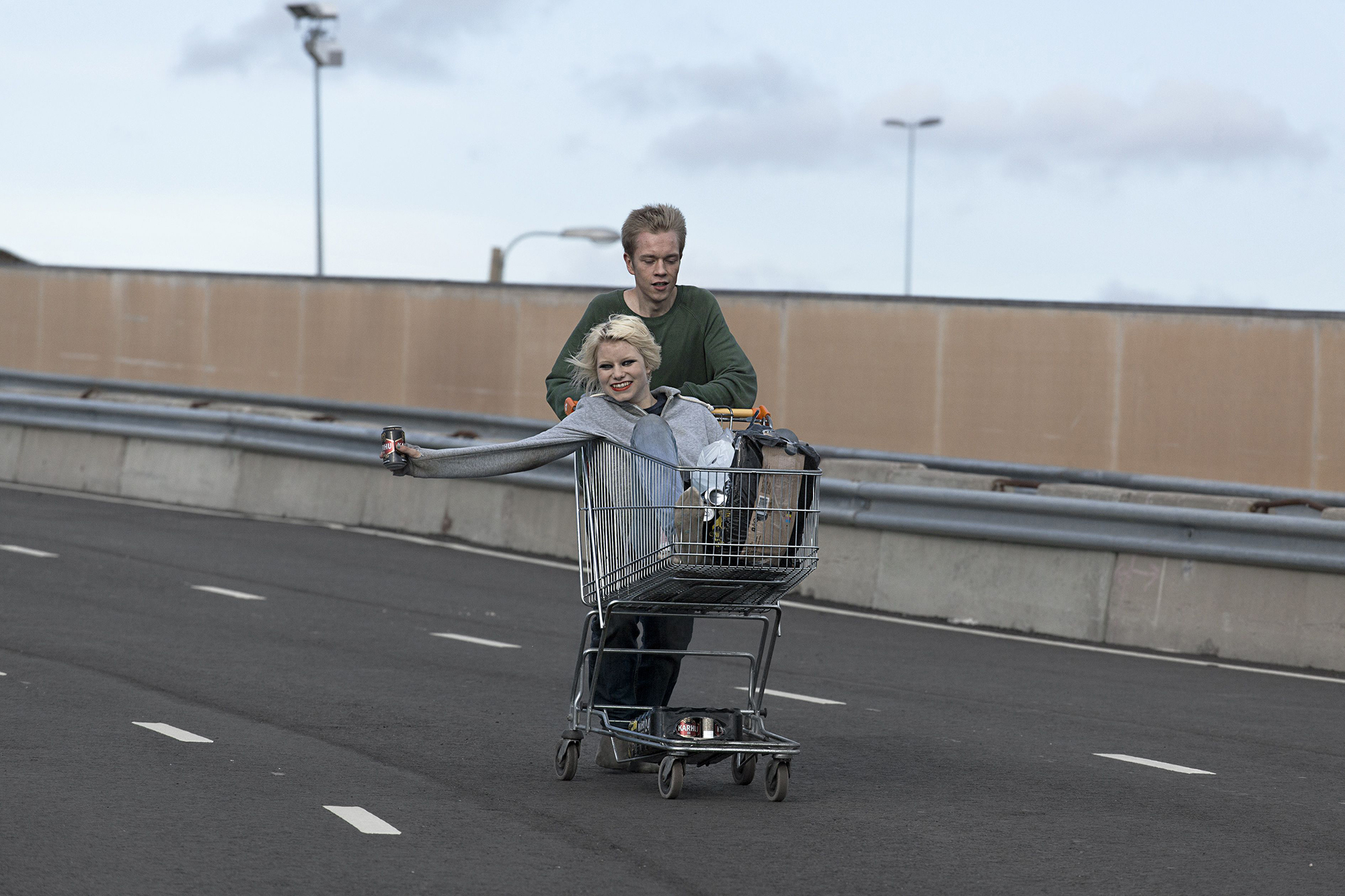 They Have Escaped: Roosa Söderholm e Teppo Manner in una scena del film