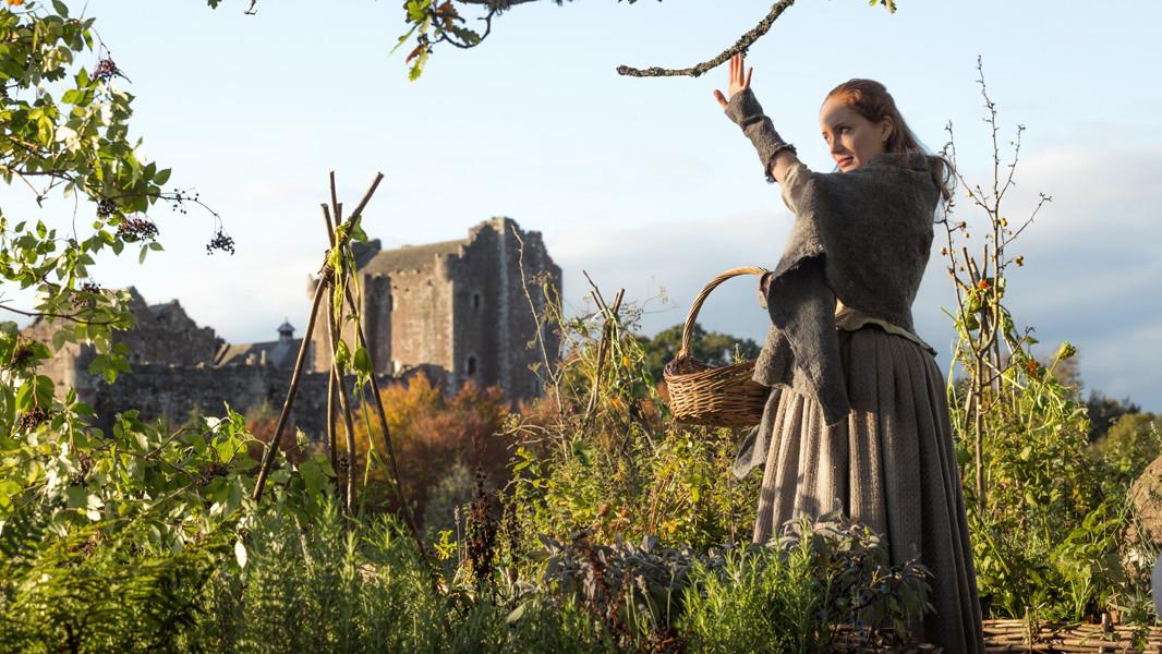 Outlander: un'immagine di Lotte Verbeek nell'episodio Castle Leoch