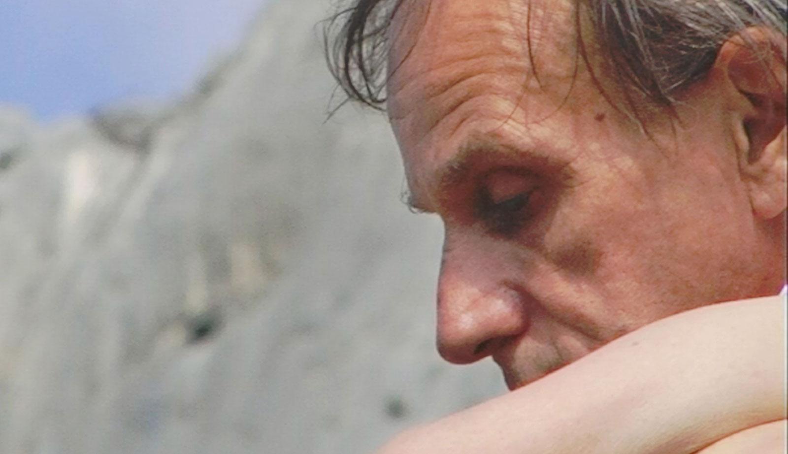 Michel Houellebecq nei panni di Paul in una scena di Near Death Experience