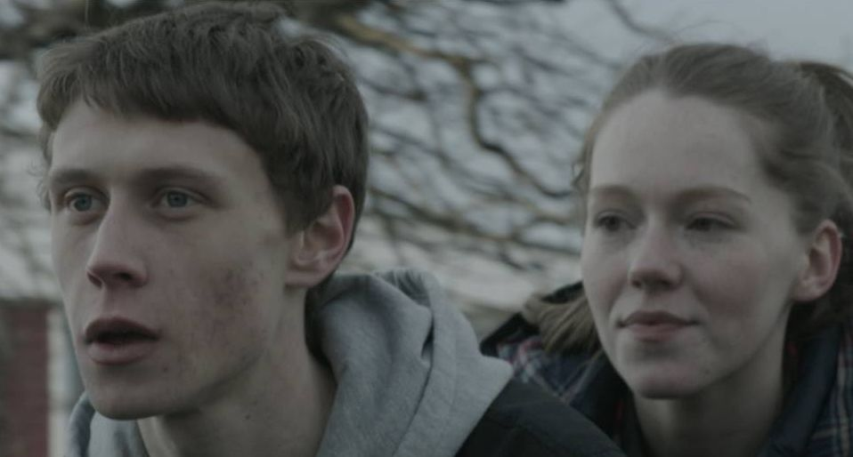 Bypass: George MacKay in una scena con Charlotte Spencer