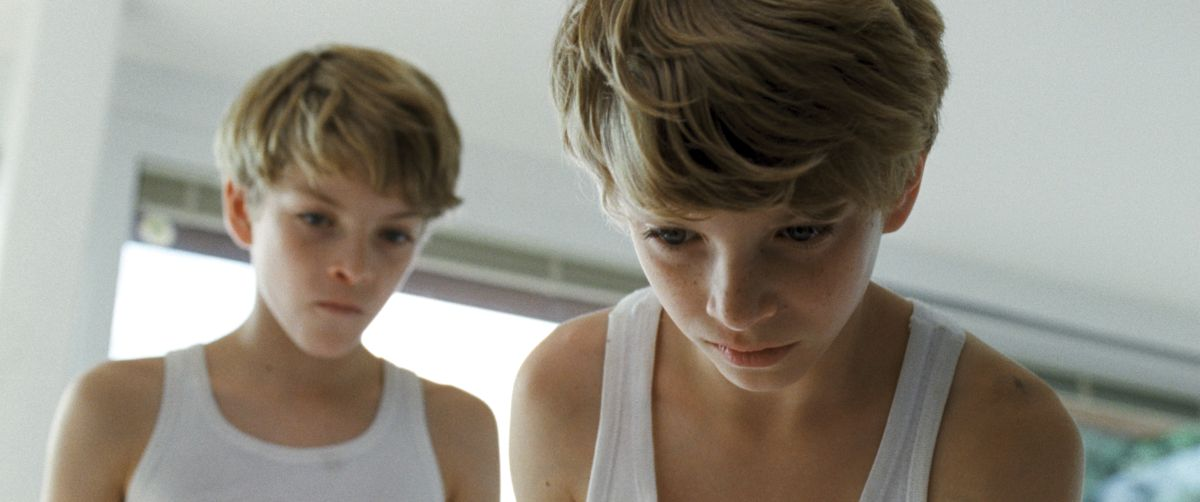 Goodnight Mommy: i gemelli Elias Schwarz e Lukas Schwarz in una scena del film