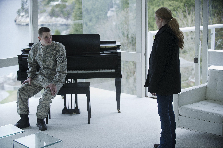 The Killing: Mireille Enos e Tyler Ross in una scene dell'episodio Eden