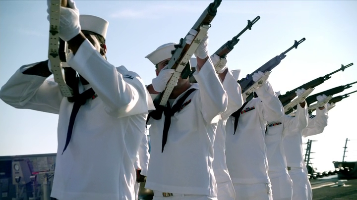The Last Ship: un funerale marittimo nell'episodio Trials