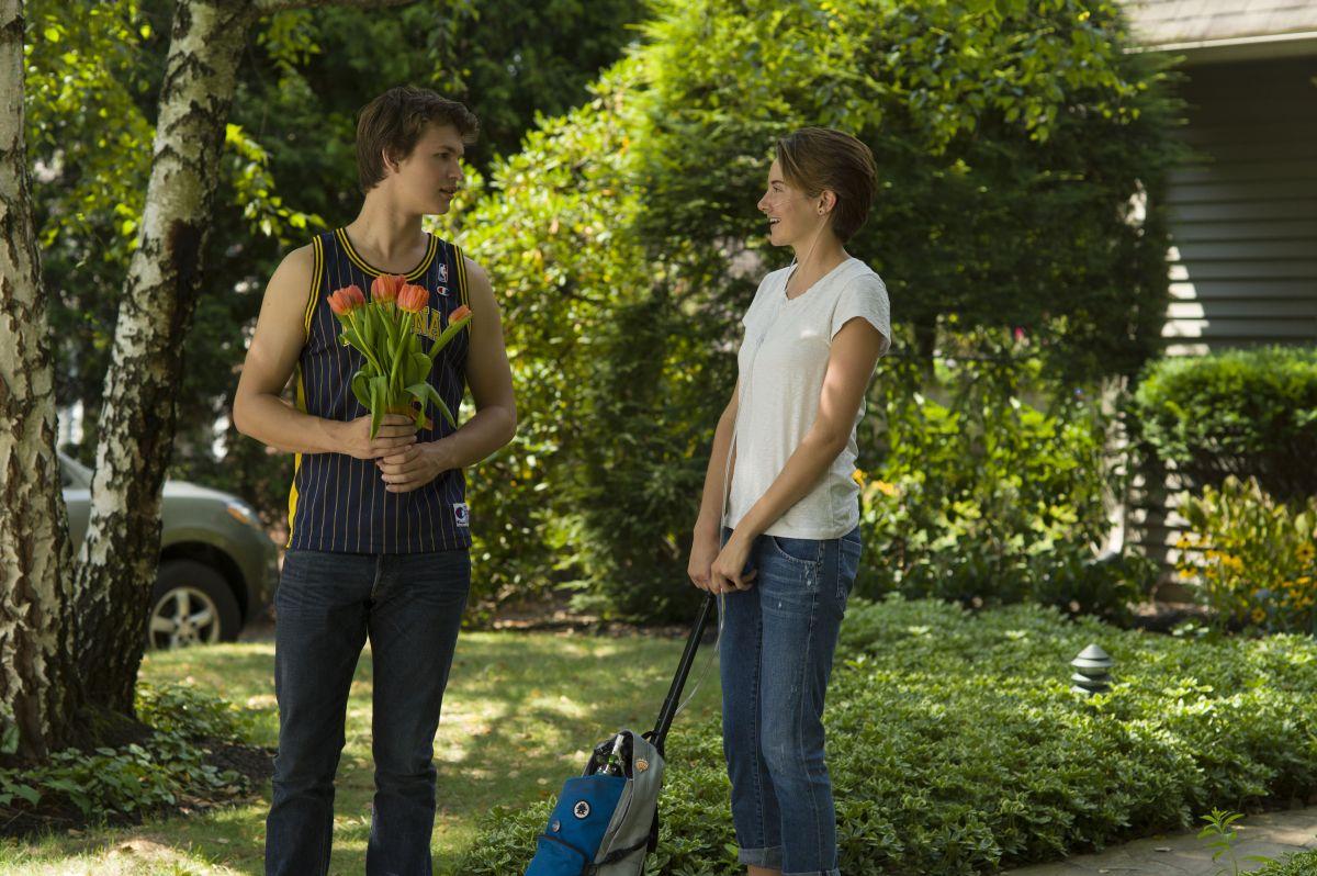 Shailene Woodley in una scena di Colpa delle stelle con Ansel Elgort