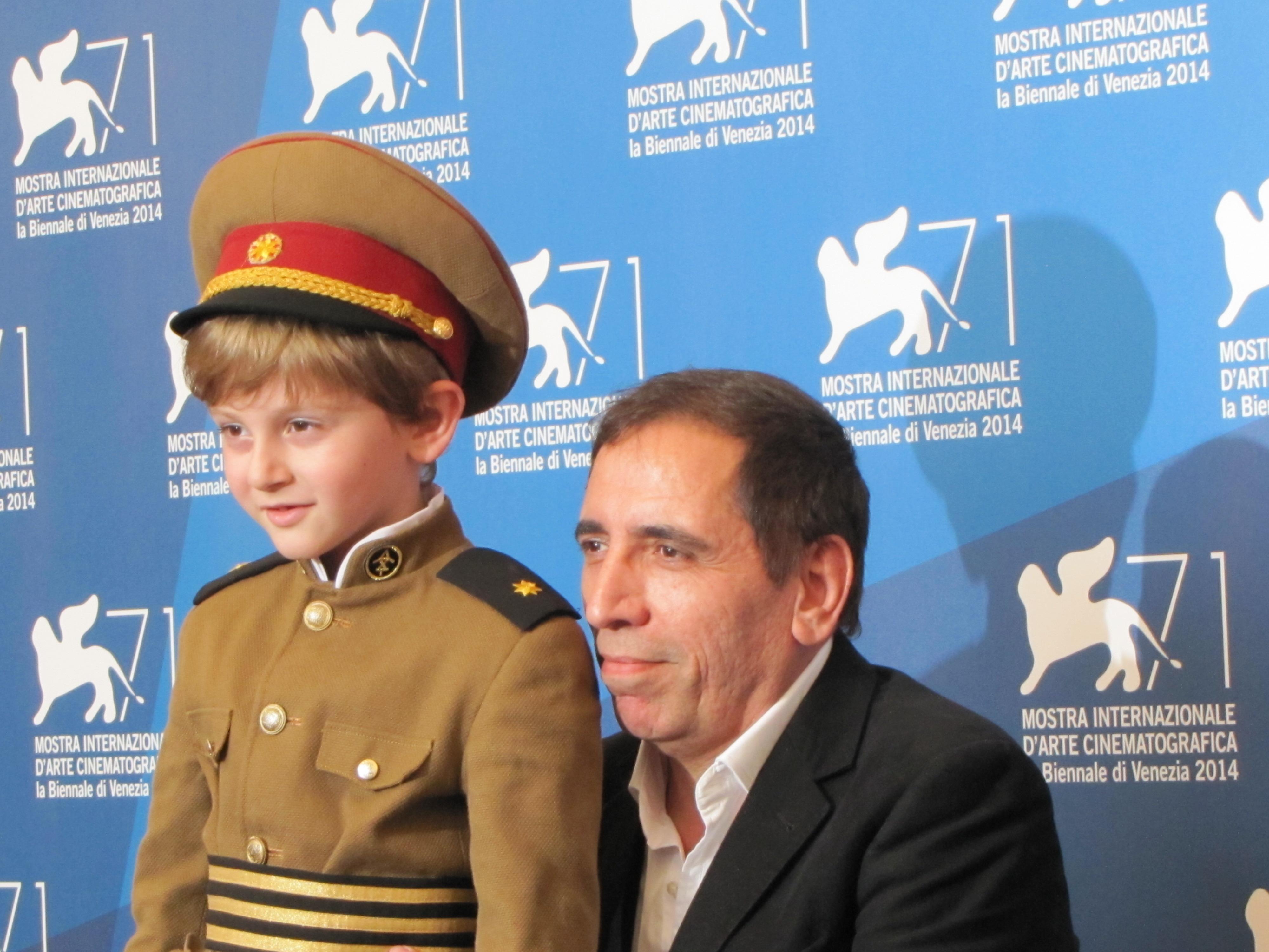 The President a Venezia 2014 - il piccolo Dachi Orvelashvili vestito da 'dittatore' con il regista del film