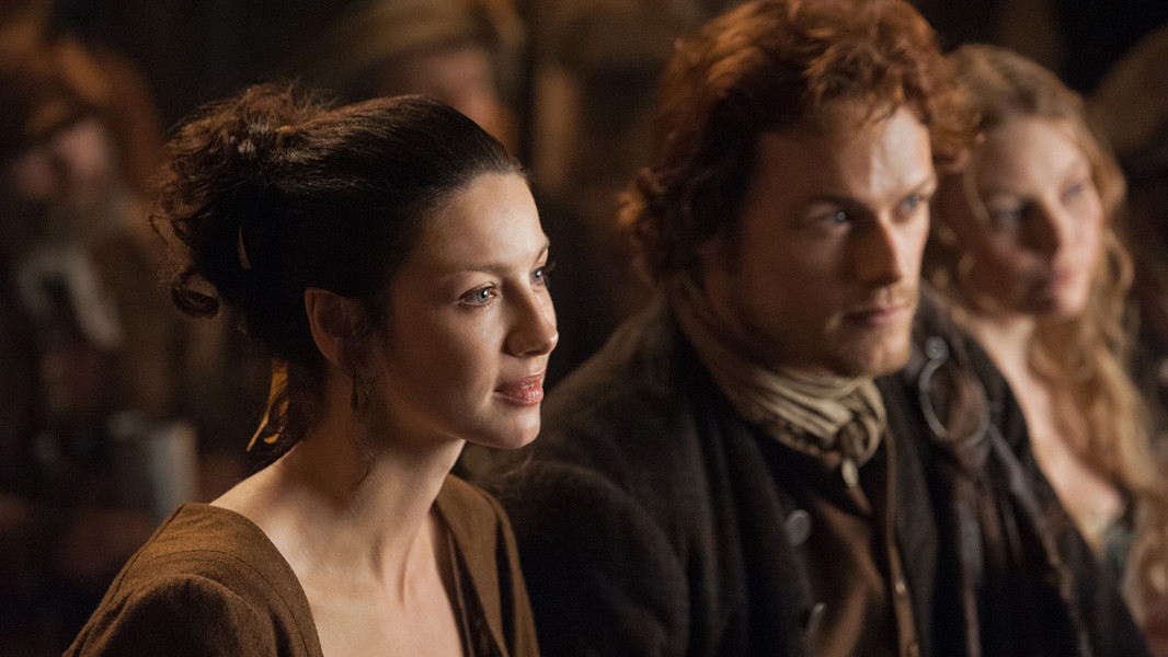 Outlander: Caitriona Balfe insieme a Sam Heughan nell'episodio The Way Out
