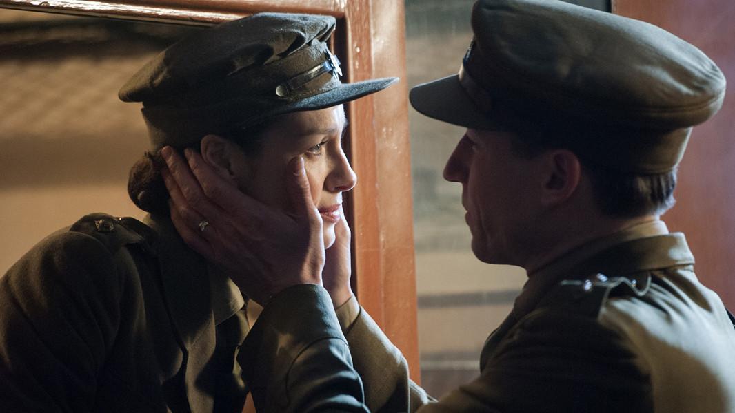 Outlander: Caitriona Balfe e eTobias Menzies nell'episodio The Way Out