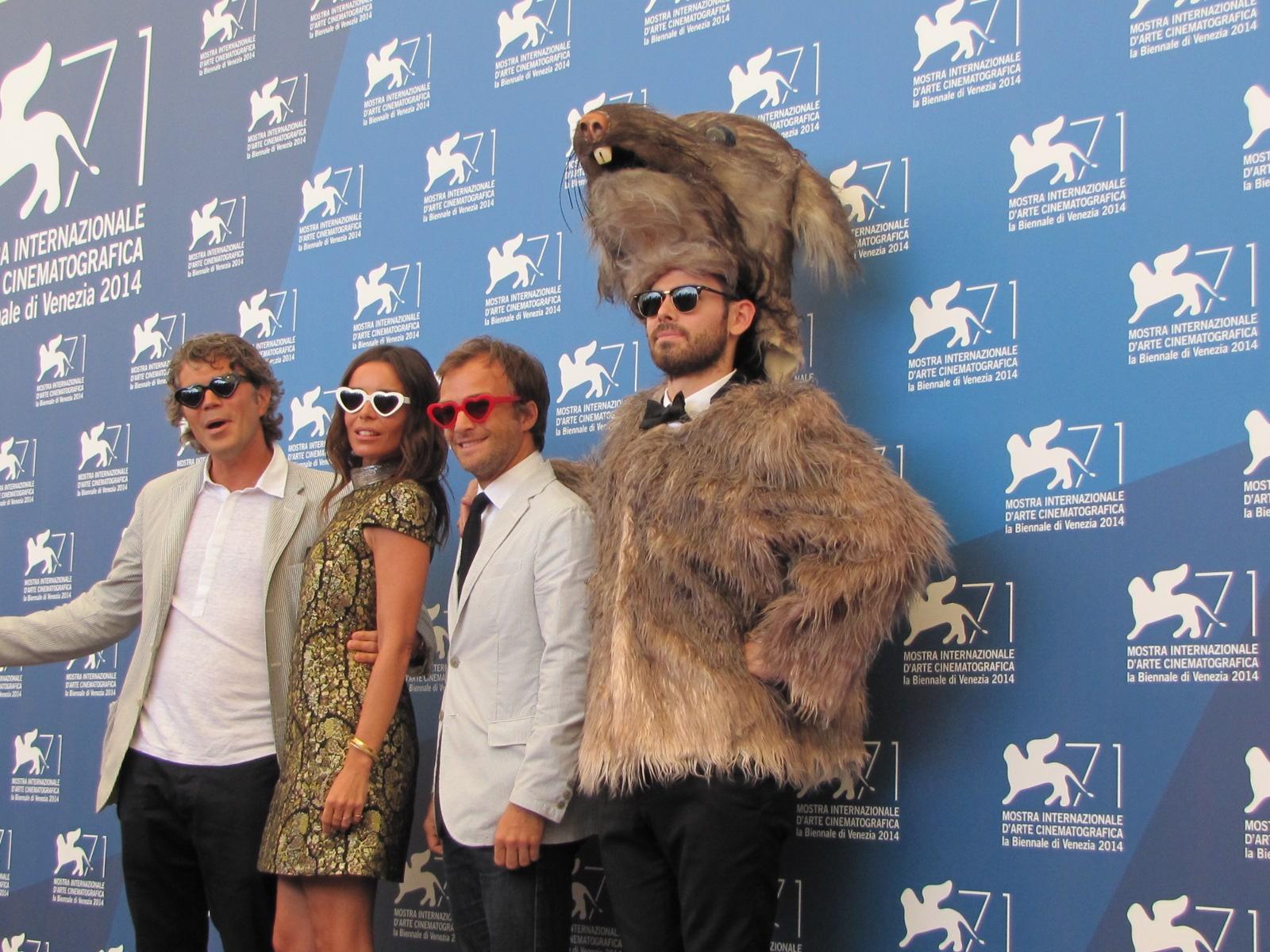 Il cast di Reality a Venezia 2014 con grosso roditore al seguito