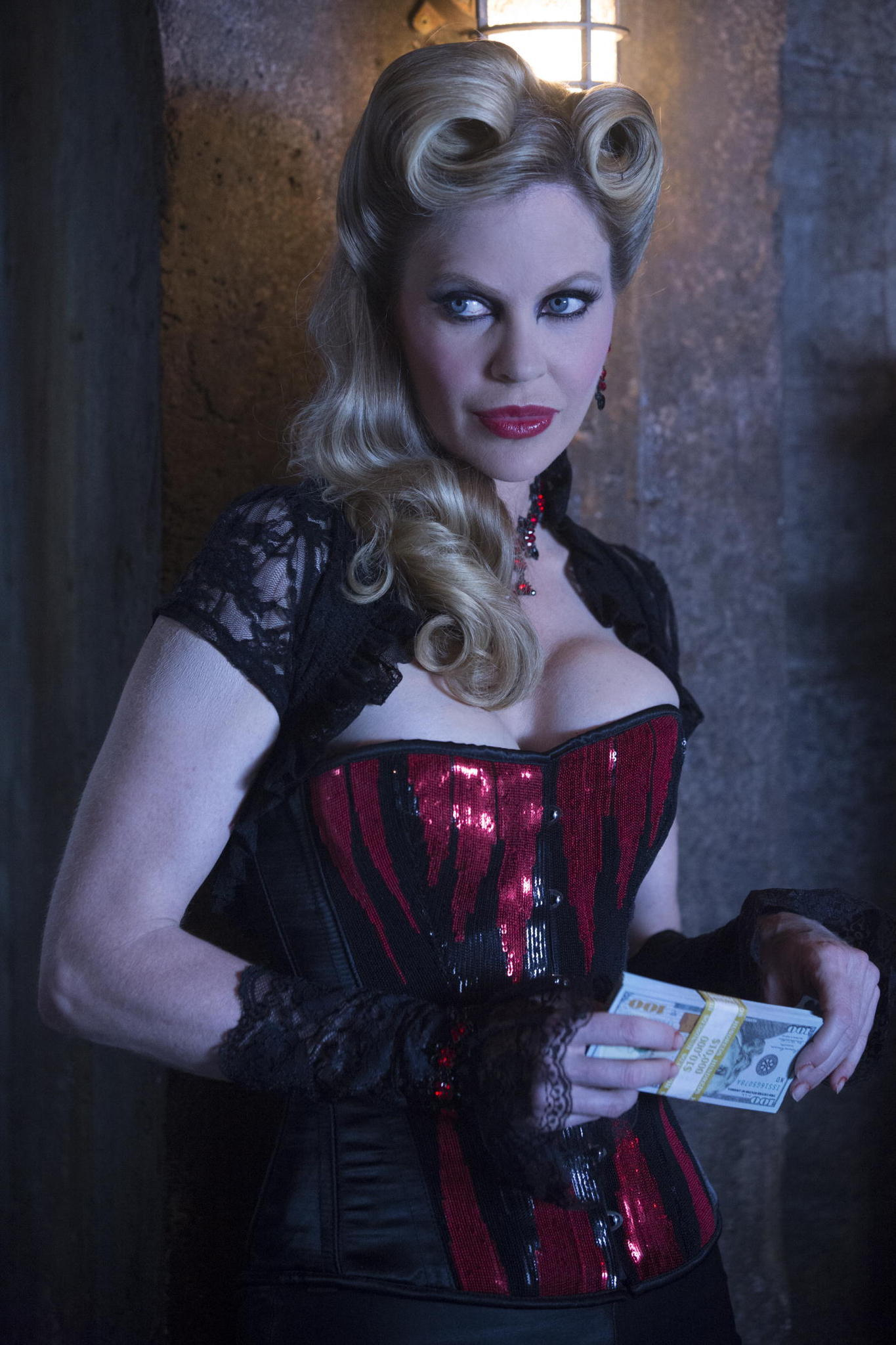 True Blood: un'immagine di Kristin Bauer nel finale di serie, Thank You