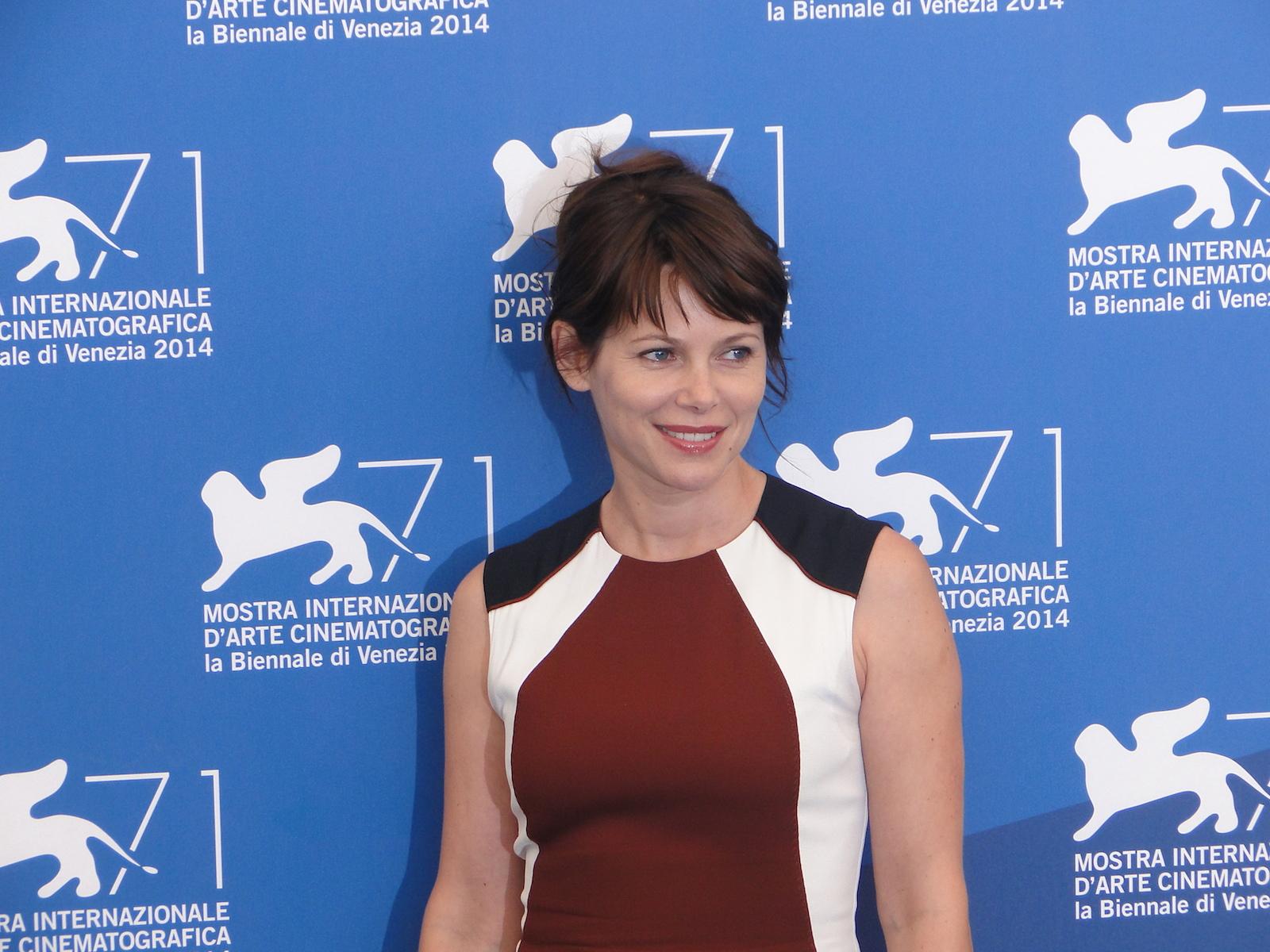 Venezia 2014: Barbora Bobulova sorride al photocall di Anime nere