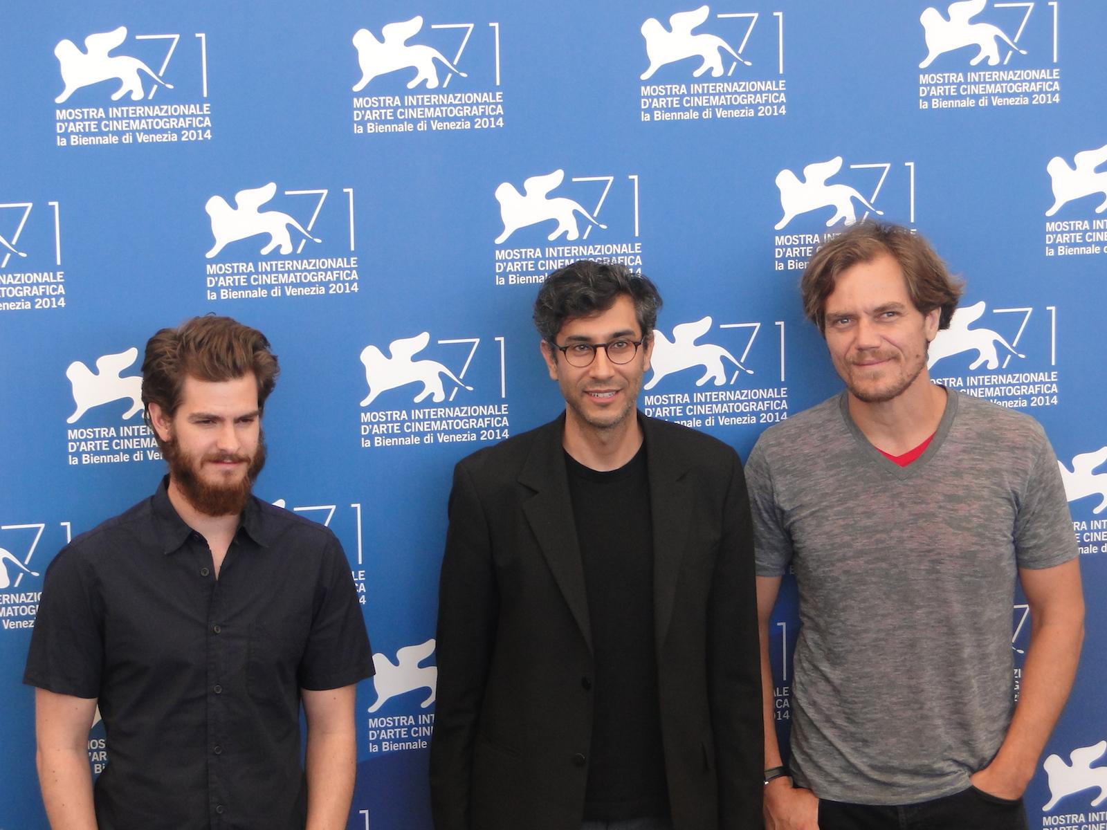 Venezia 2014: Andrew Garfield e Michael Shannon posano con il regista Ramin Bahrani al photocall di 99 Homes