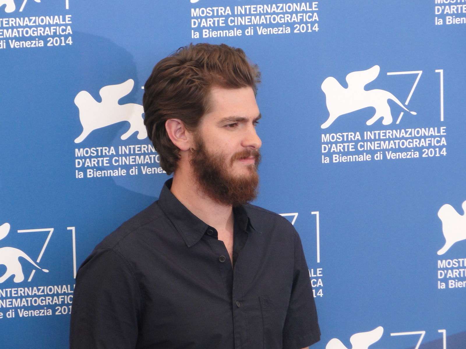 Venezia 2014: Andrew Garfield posa al photocall di 99 Homes