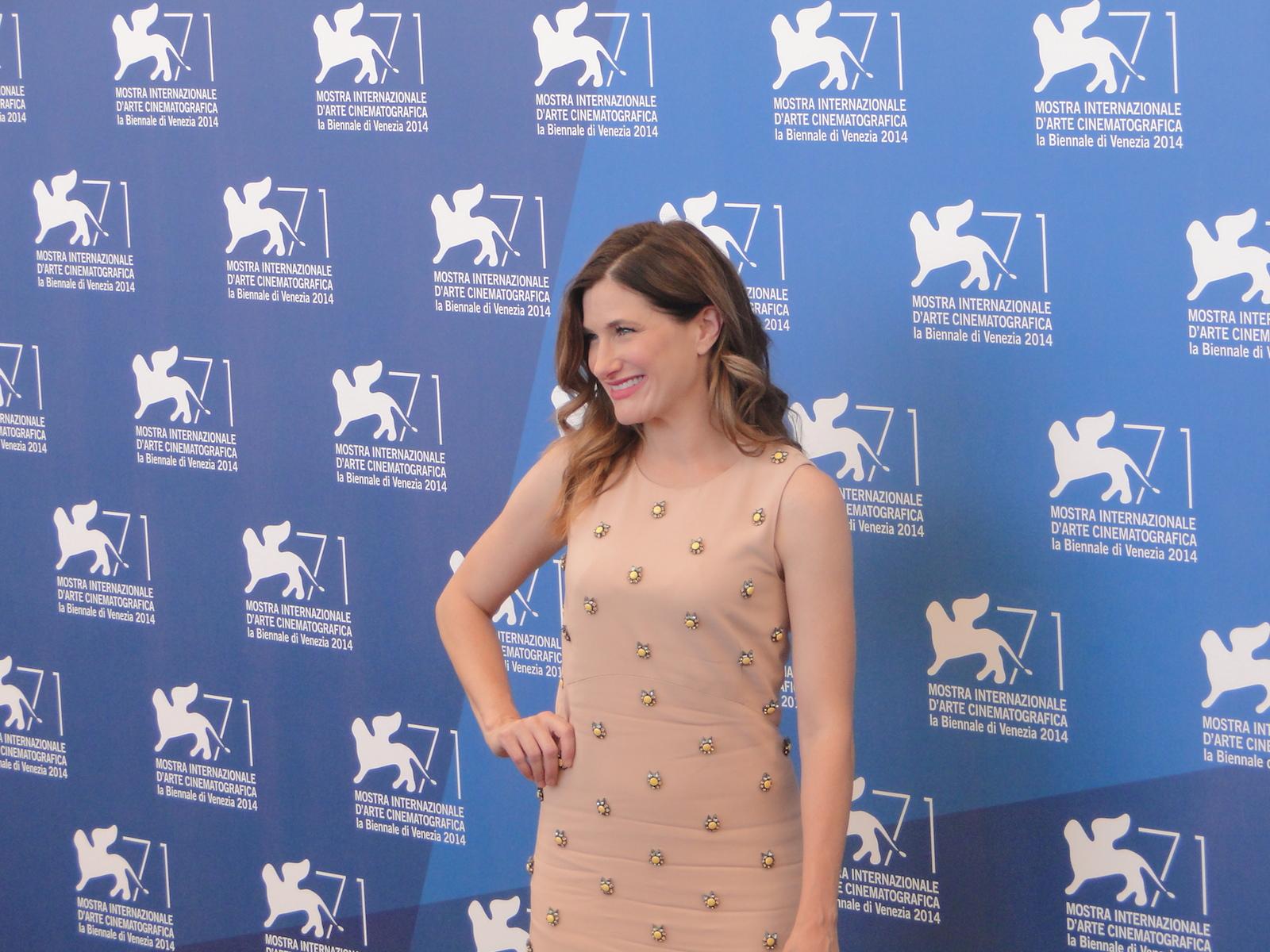 Venezia 2014: Kathryn Hahn sorride al photocall di She's Funny That Way