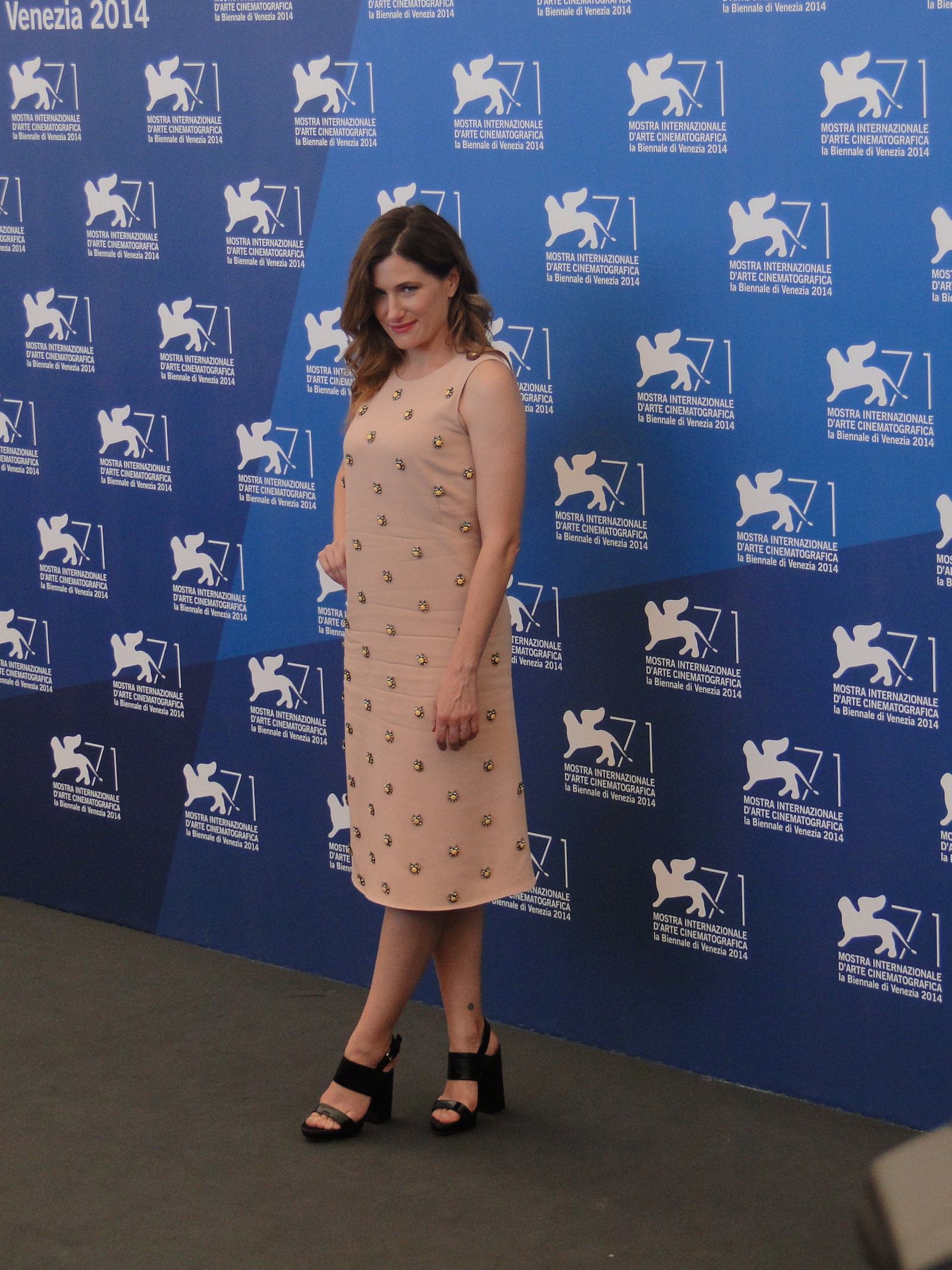 Venezia 2014: Kathryn Hahn posa al photocall di She's Funny That Way