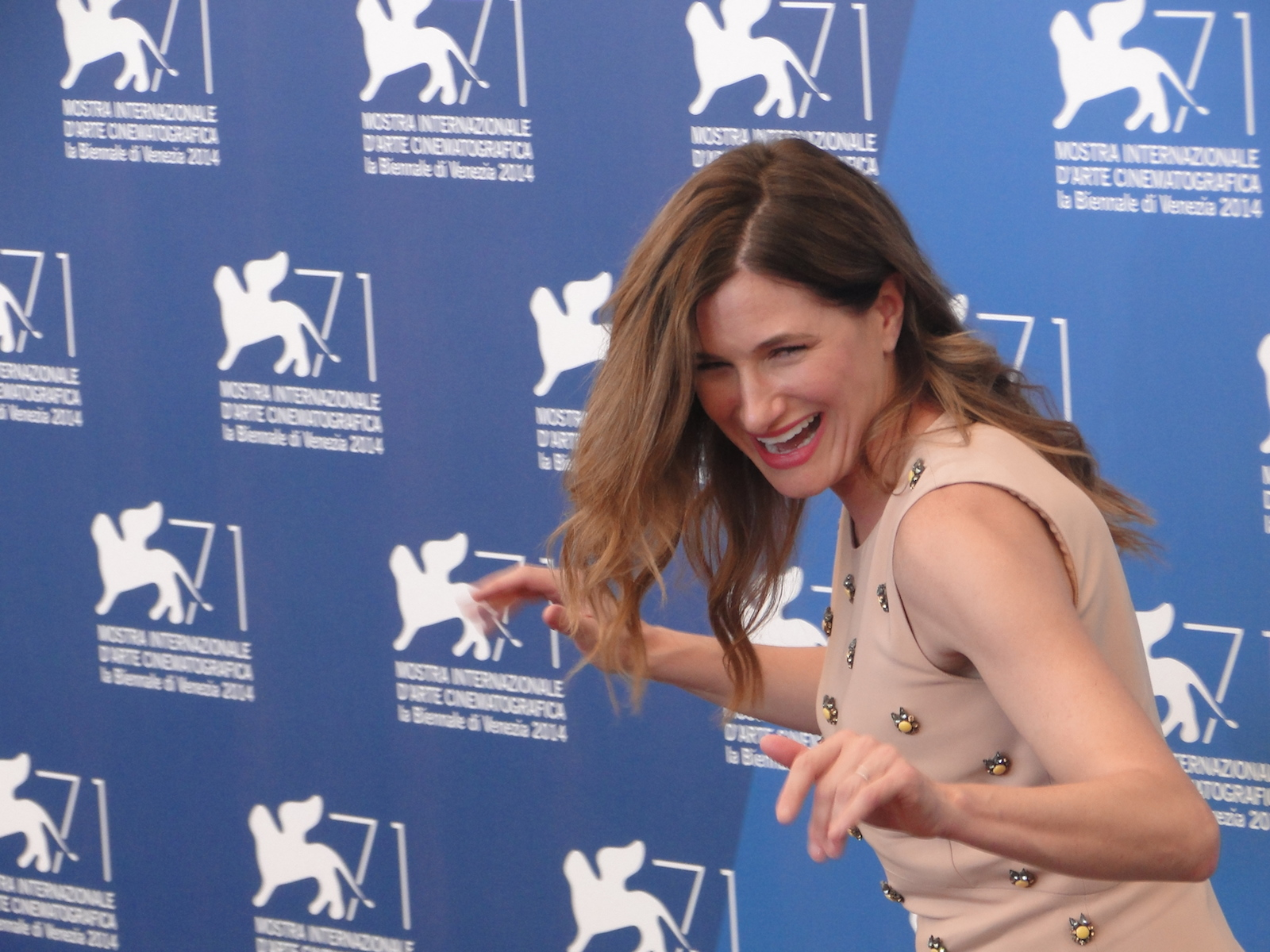 Venezia 2014: Kathryn Hahn scherza al photocall di She's Funny That Way