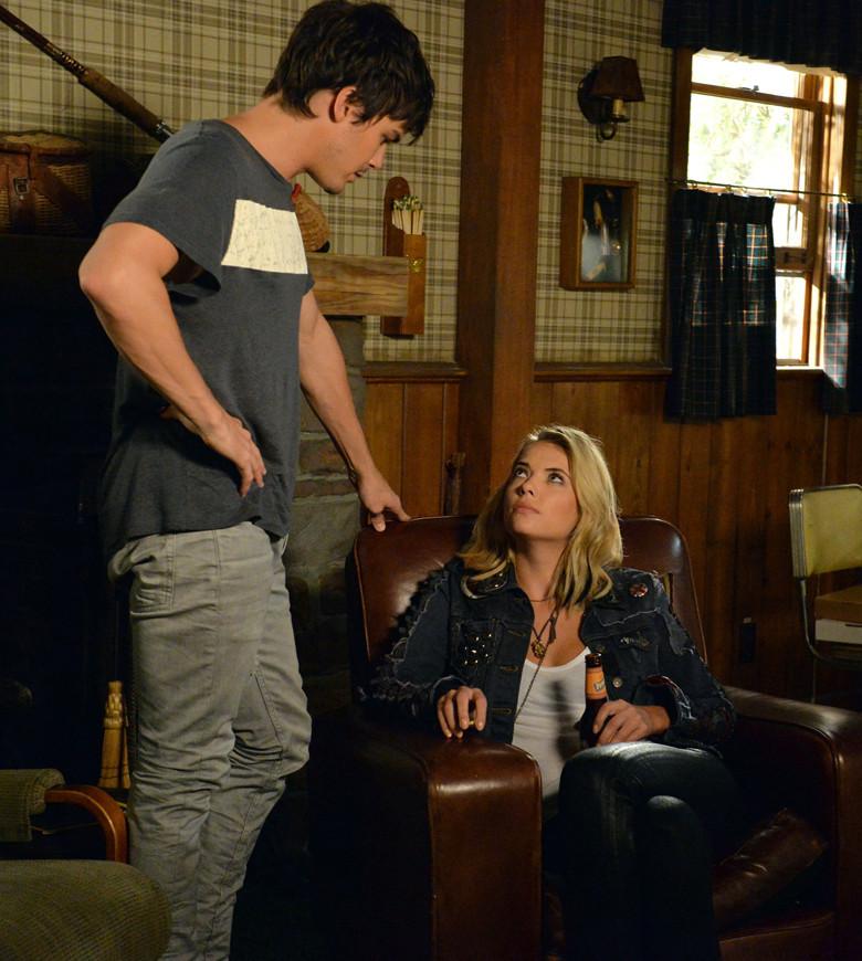 Pretty Little Liars: Tyler Blackburn e Ashley Benson nell'episodio March of Crimes