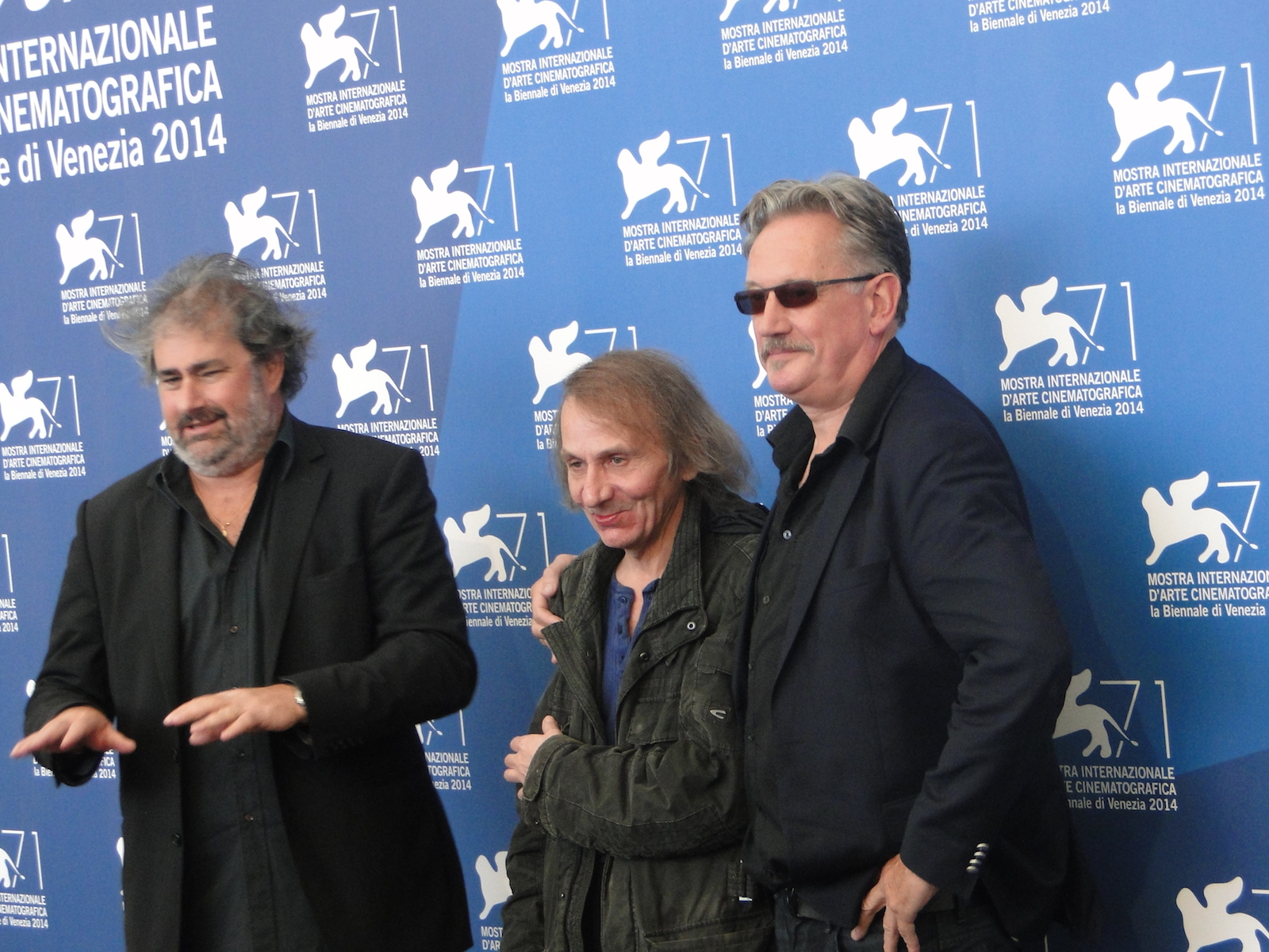 Venezia 2014: Gustave Kervern e Benoît Delépine con Michel Houellebecq al photocall di Near Death Experience