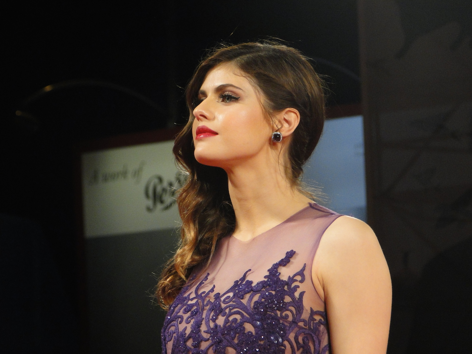 Alexandra Daddario in posa sul red carpet di Burying the Ex a Venezia 2014