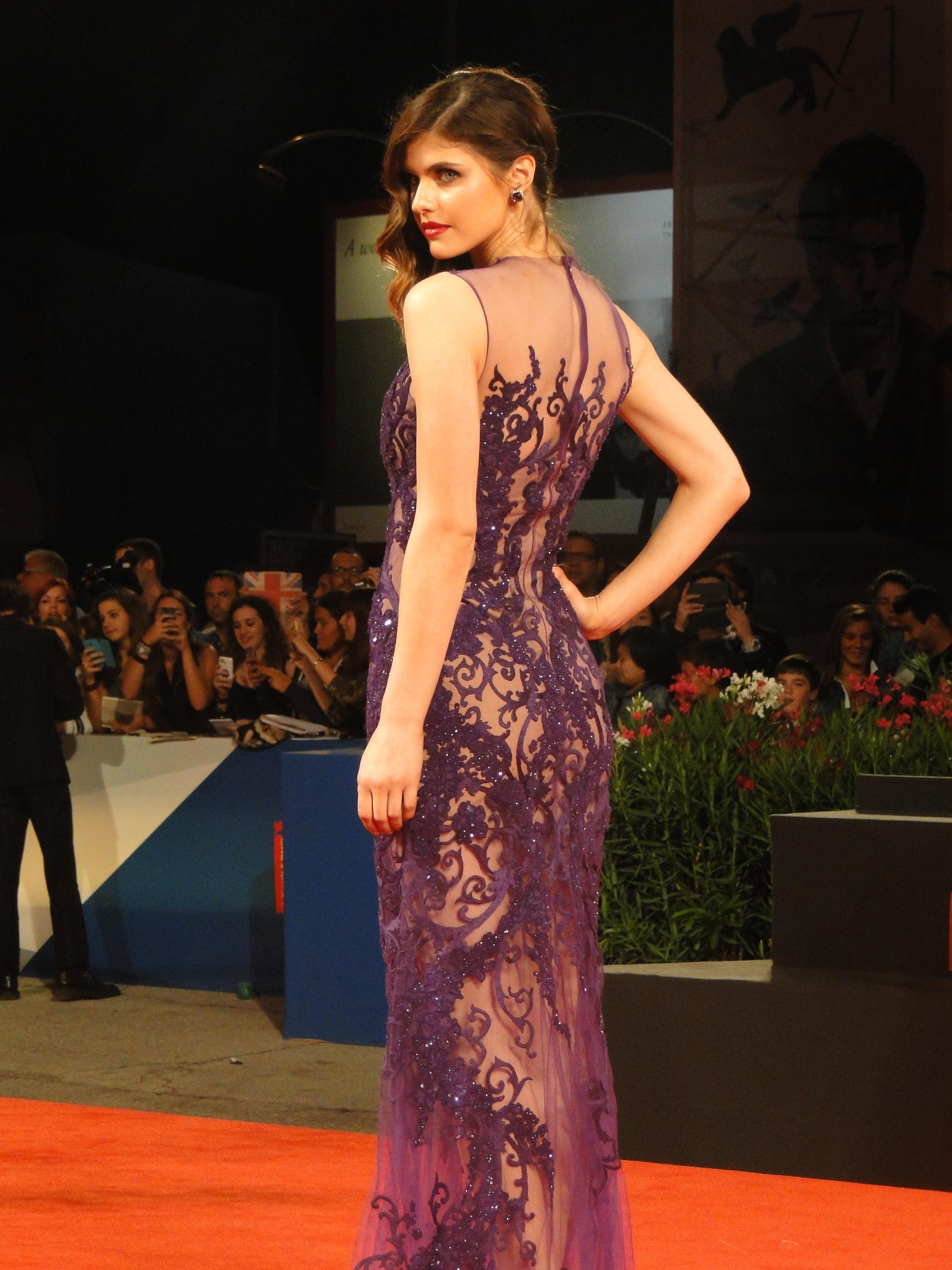 Alexandra Daddario posa sul red carpet di Burying the Ex a Venezia 2014