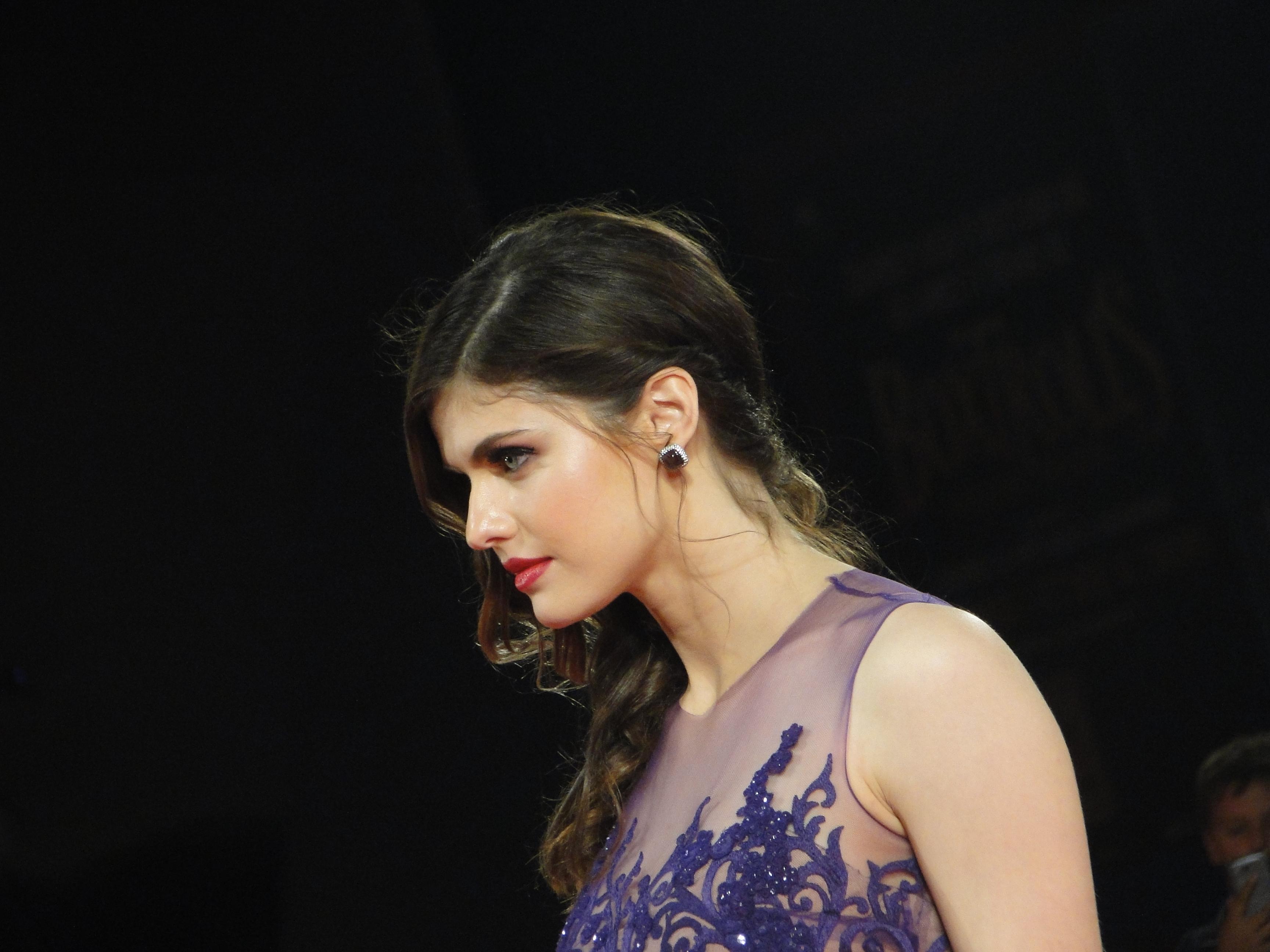 Alexandra Daddario sul tappeto rosso di Burying the Ex a Venezia 2014