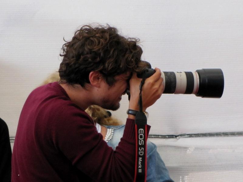 Venezia 2014, Riccardo Scamarcio si improvvisa fotografio prima del photocall di Abel Ferrara per Pasolini