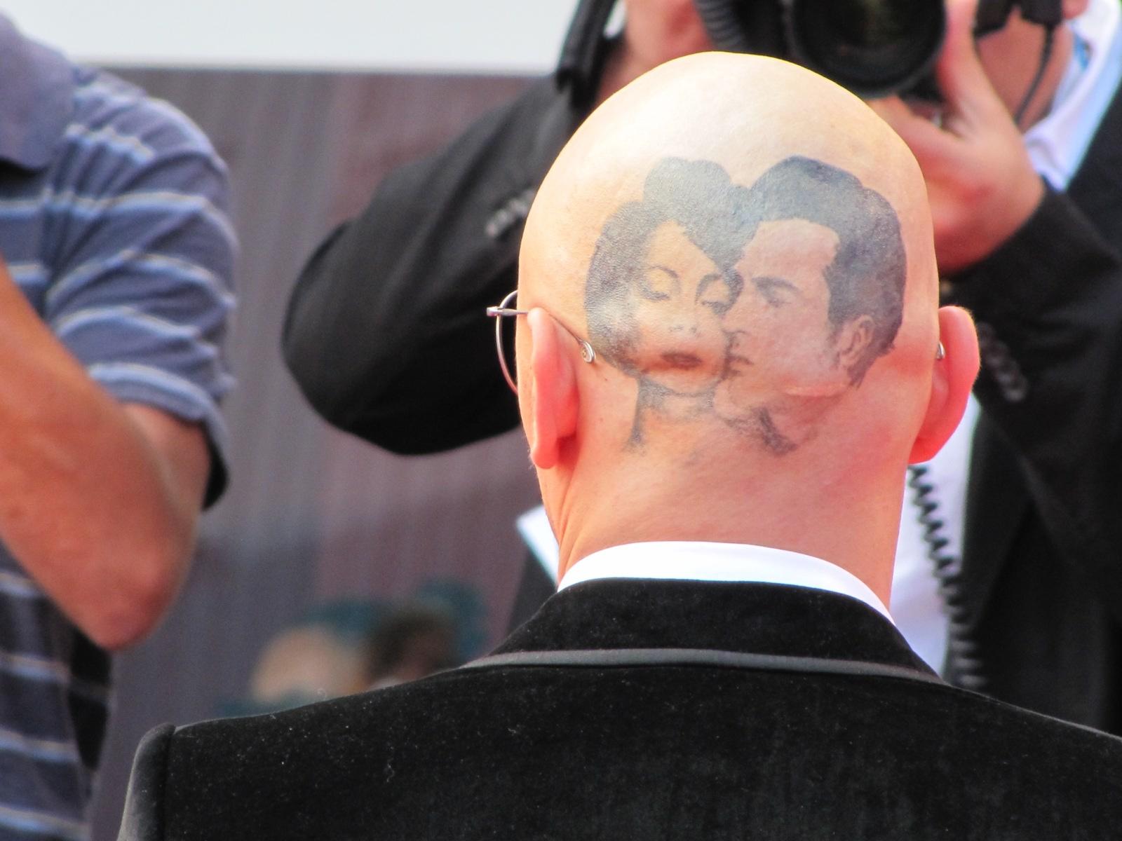 James Franco sul red carpet di Venezia 2014: un tatuaggio temporaneo per spiazzare i fan