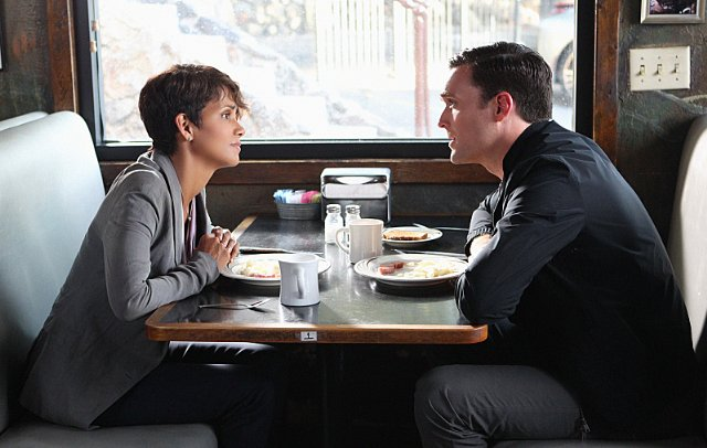 Extant: Owain Yeoman e Halle Berry nell'episodio A Pack of Cards