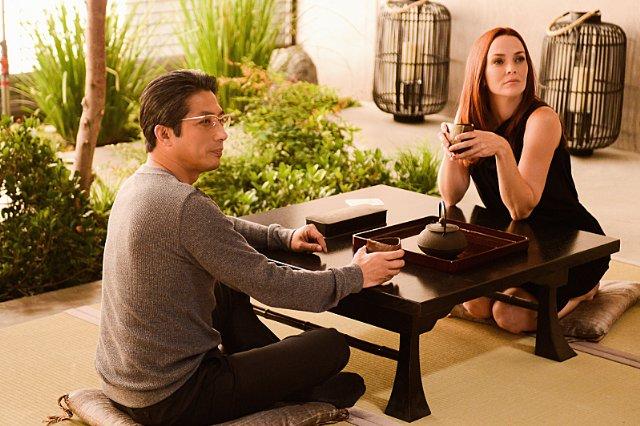 Extant: Hiroyuki Sanada e Annie Wersching nell'episodio A Pack of Cards