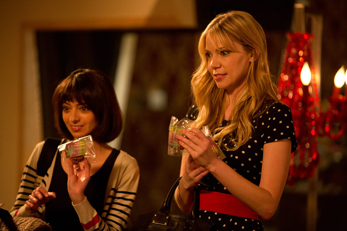 Garfunkel and Oates: Kate Micucci e Riki Lindhome nell'episodio Third Member