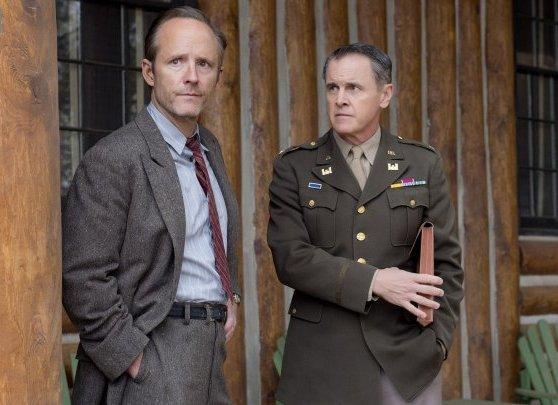 Manhattan: John Benjamin Hickey e Mark Moses nell'episodio Acceptable Limits