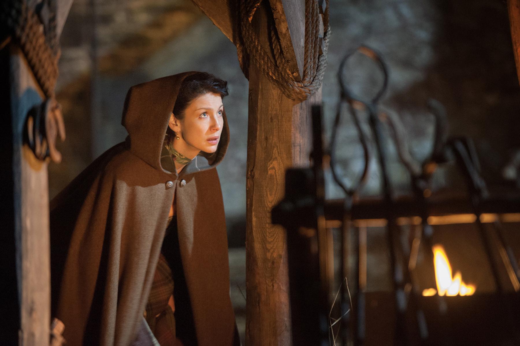 Outlander: Caitriona Balfe in una scena dell'episodio The Gathering