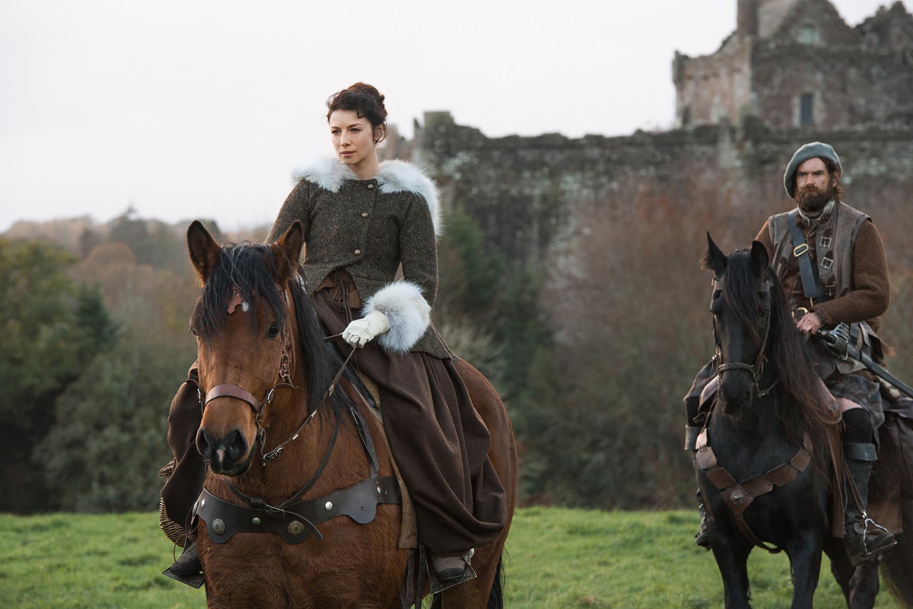 Outlander: Caitriona Balfe durante un momento dell'episodio The Gathering