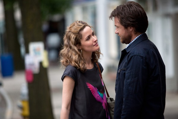 This Is Where I Leave You: Rose Byrne e Jason Bateman flirtano in scena