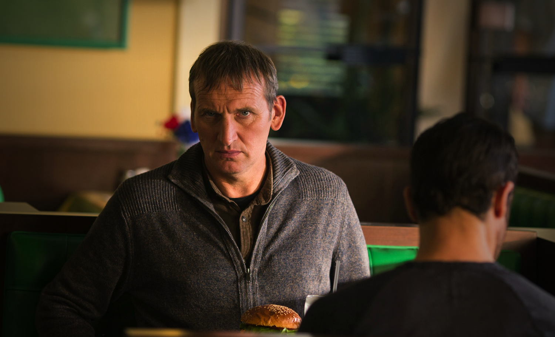 The Leftovers: Christopher Eccleston nell'episodio The Prodigal Son Returns