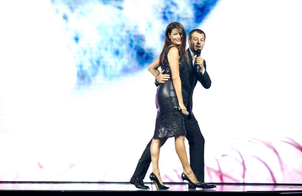 Alessandro Cattelan con Ilaria D'Amico sul palco durante la presentazione dei palinsesti Sky 2014