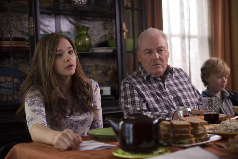 Resta anche domani: Chloe Moretz con Stacy Keach in una scena
