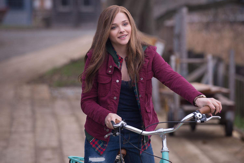 Resta anche domani: Chloe Moretz nei panni di Mia in una scena del film